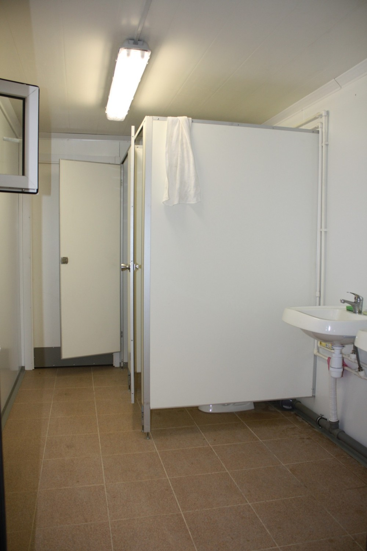 Туалетные кабинки и раковина